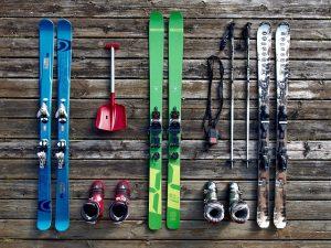 Met de auto op skivakantie; de ski's gaan in de skibox