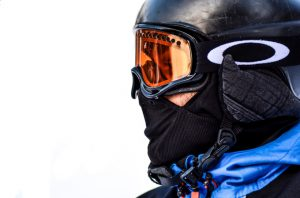 man met skihelm met vizier